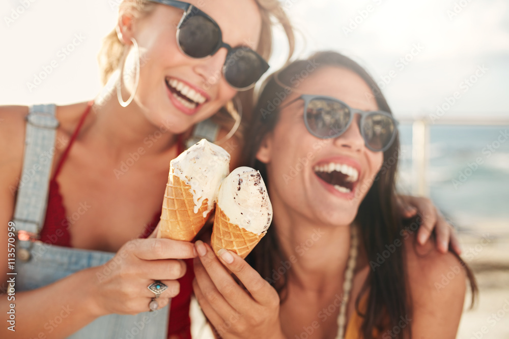 Fototapety, obrazy: Female friends having fun and eating ice cream