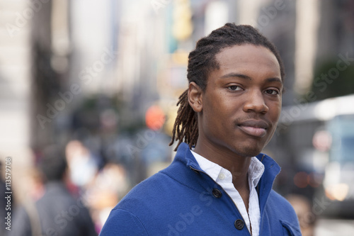 Photo  Portrait of pedestrian in city
