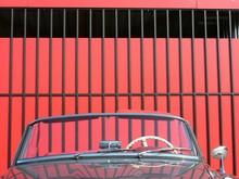 Wertvolles Cabriolet Der Fünfziger Jahre Mit Elfenbeinfarbenem Lenkrad Vor Einem Roten Industrietor Am Oldtimer-Park Lippe Bei Detmold Im Kreis Lippe