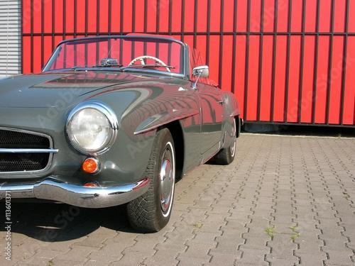 Photo  Graue Cabriolet Legende der Wirtschaftswunder Ära in Dunkelgrau vor einem roten