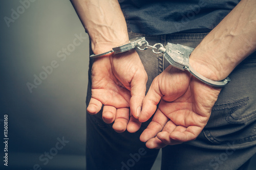Photo male hands in handcuffs