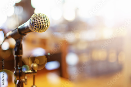 Fotografía  Microphone over the Abstract blurred photo of conference hall or