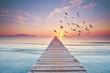 langer Holzsteg am Meer zum Sonnenaufgang