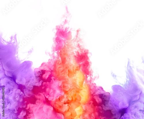 eksplozja-kolorow-rozowe-i-fioletowe-plamy-z-atramentu-rozchodzace-sie-po-wodzie