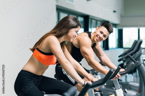Plakat Couple practicing spinning at the gym
