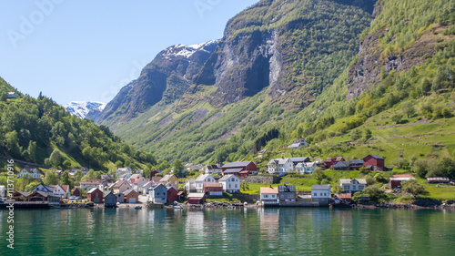 Foto auf Gartenposter Skandinavien Houses on the shore of the fjord, Sognefjord, Norway