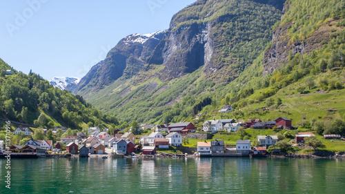 Foto auf AluDibond Skandinavien Houses on the shore of the fjord, Sognefjord, Norway