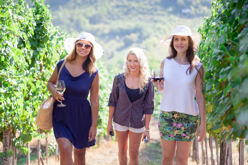 Fotografía  Three girls walking in vineyard.