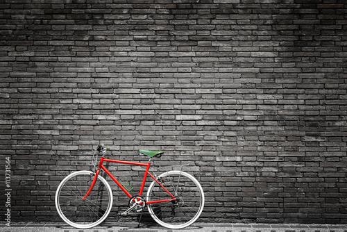 czarno-biale-zdjecie-czerwonego-roweru