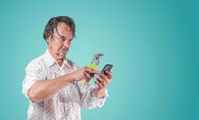 Nasser Mann Mit Wasserpumpenzange Sucht Auf Smartphone Nach Hilfe