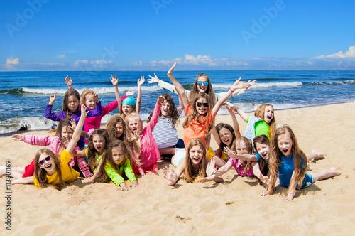 Plakat Grupa szczęśliwi dzieci na plaży