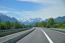 Autobahn Richtung Garmisch, Blick Zur Zugspitze In Den Alpen. Ab