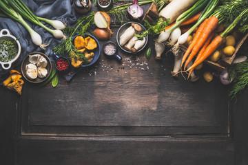 Organska berba Povrće iz vrtnih i šumskih gljiva. Vegetarijanski sastojci za kuhanje na tamnoj rustikalnoj drvenoj podlozi, pogled odozgo, obrub