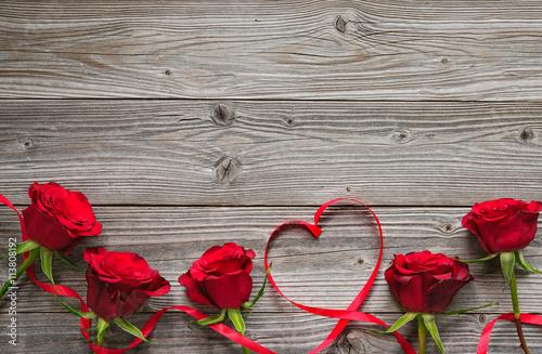 Keuken foto achterwand Roses Red roses on wooden board
