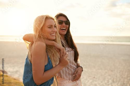 Obraz Best friends enjoying summer vacation on beach - fototapety do salonu