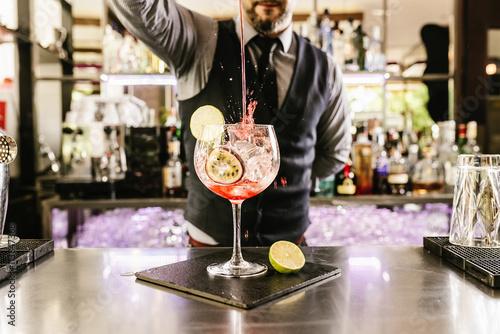 Photographie Barman fait cocktail au club de nuit.