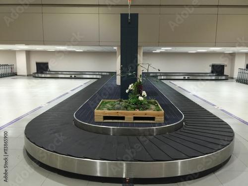 Poster Aeroport empty airport luggage belt