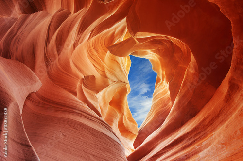 Photo color shades of the rock inside the antelope canyon