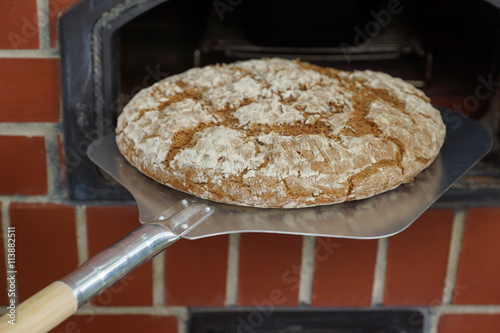 obraz PCV Brot backen im Steinofen