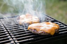 Mit Käse überbackene Burger Auf Grill