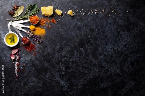 Cuadros en Lienzo Hierbas y especias sobre piedra negro