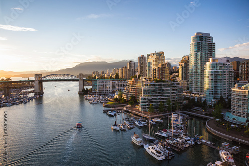Fotografía  View of Downtown Vancouver and Burrard Bridge at False Creek during sunny sunset