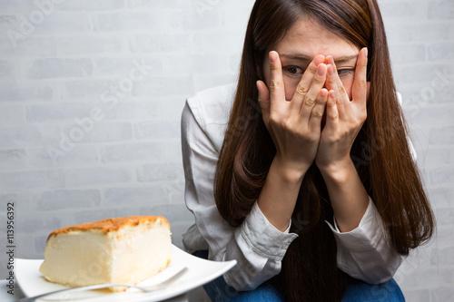 Murais de parede ケーキを我慢する女性