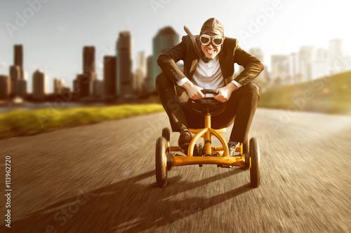 Obraz Geschäftsmann auf Kettcar - fototapety do salonu
