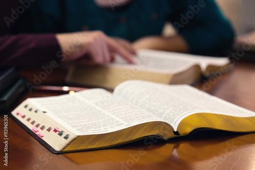 Fotografia  Young Couple Studying The Bible