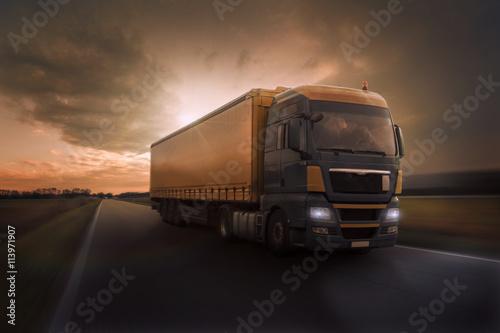 obraz PCV Truck im Abendrot auf Landstraße
