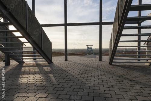 Foto op Aluminium Luchthaven Blick auf Zeche Ewald in Herten durch die Aussichtsplattform auf der Halde Hoheward