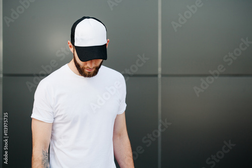 Fotografia  Hipster wearing white blank t-shirt and a cap with space for you