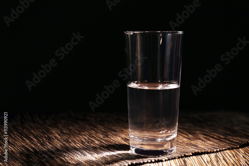 Fotografía  Glass of pure water on tablecloth