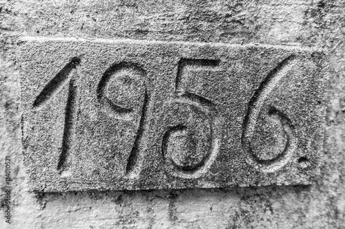 Fotografie, Obraz  Jahreszahl in Stein gemeißelt Jahr 1956
