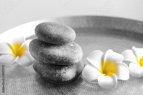 szarzy-zdrojow-kamienie-z-plumeria-kwiatami-zamykaja-up