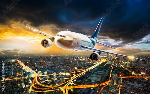 samolot-nad-nocy-sceny-miastem
