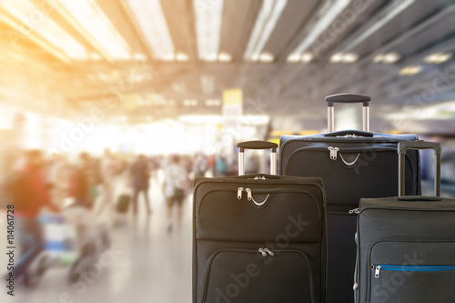 Photo Closeup of group of luggage with the blurred of the airport terminal background