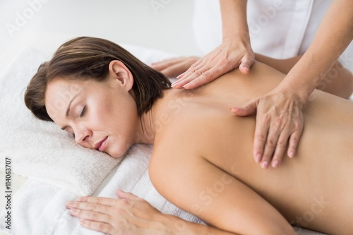 Photo  Naked woman receiving massage from masseur