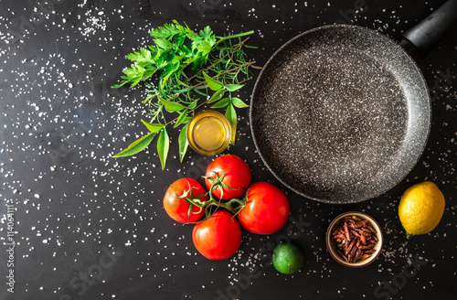 Photo padella vuota con ingredienti freschi
