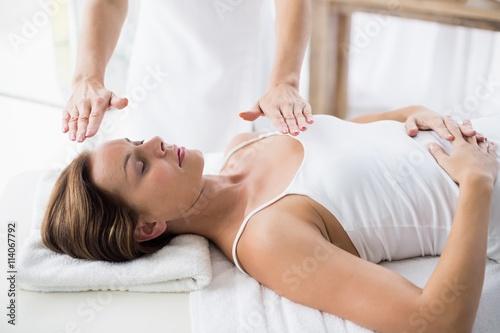 Photo  Woman receiving reiki treatment