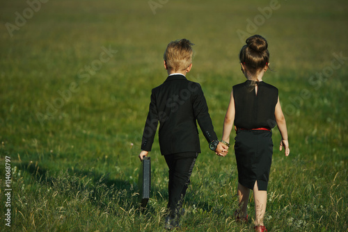Photo  young boy and girl playing spy
