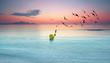 Sommermorgen am menschenleeren Strand, Sonnenaufgang an der Küste