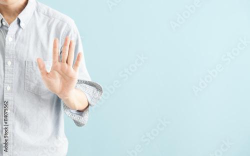 Obraz na plátně  カジュアルシャツの男性・ブルーバック