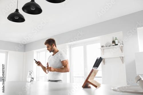 Obraz na dibondzie (fotoboard) Zdrowe odżywianie. Mężczyzna Z szkłem woda W kuchni. Uwodnienie