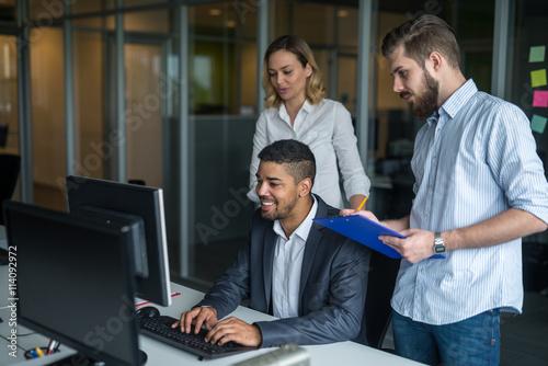 Fototapety, obrazy: Hardworking business team