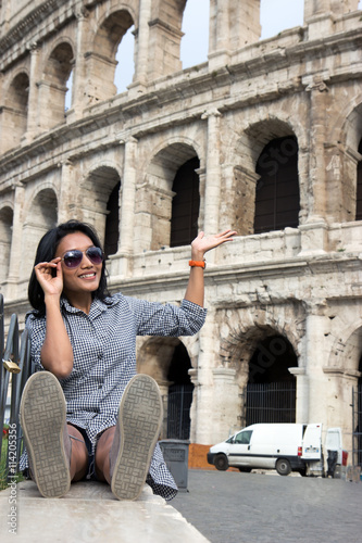 Photo  woman with sunglasses showing at Colosseum