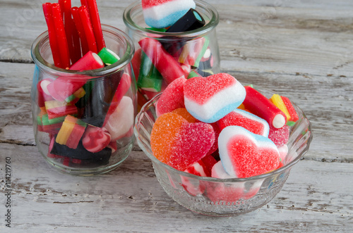 Papiers peints Confiserie Assortment of sweets and candies in bowls on table
