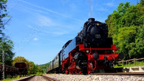 Poster Voies ferrées nostalgischer Dampfzug der Sauschwänzle Bahn fährt durch den sonnigen Schwarzwald