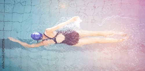 Photo  Fit woman swimming in the pool