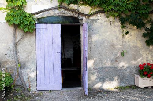 Fotografiet  casa rurale di campagna con porta viola